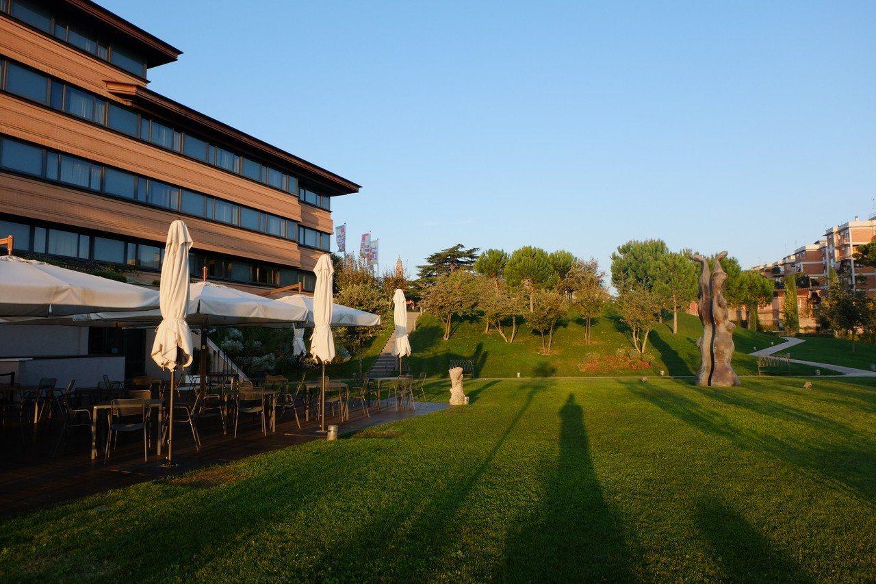雲朗集團旗下的「A.ROMA」羅馬大飯店的自助餐廳外面,擁有一片寬敞草原。若是家...