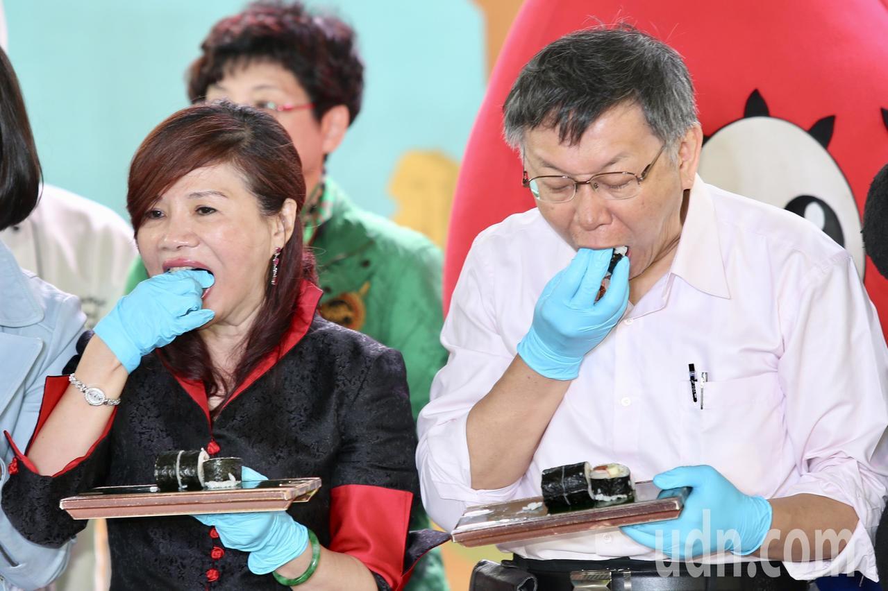 台北市長柯文哲(右)上午出席「2018台北溫泉季」開幕活動,與台北市溫泉發展協會...