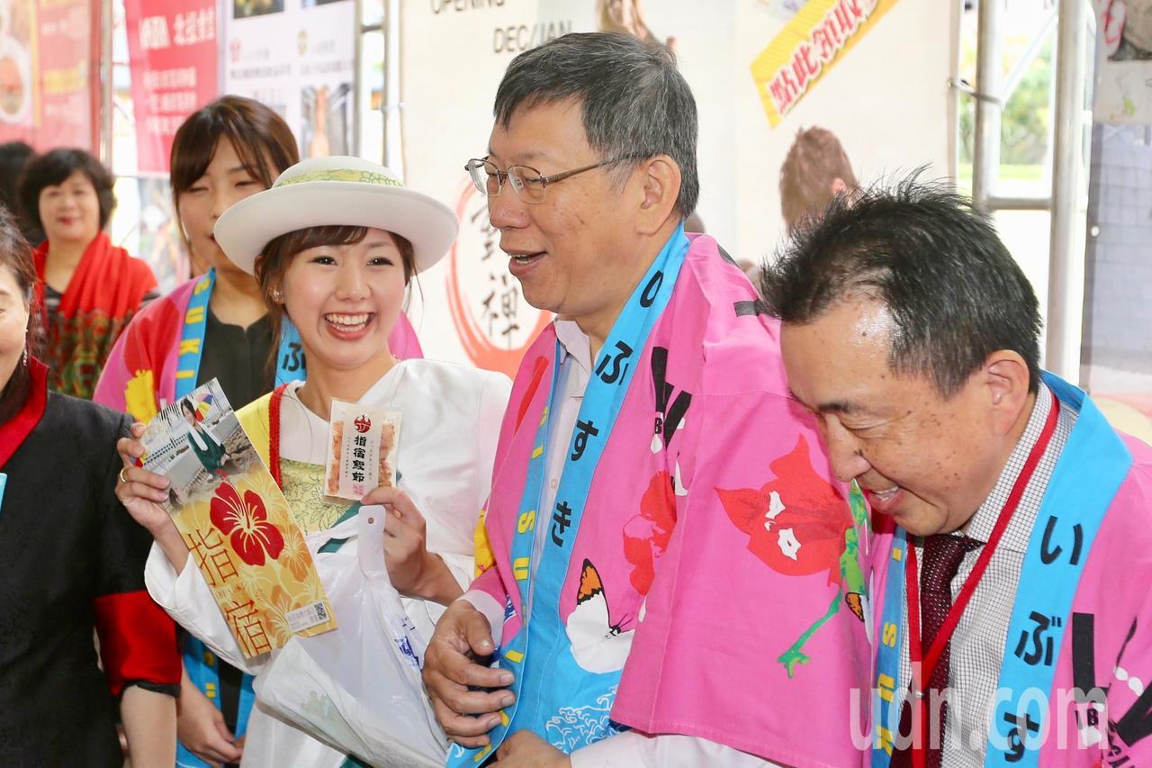 台北市長柯文哲(右二)上午出席「2018台北溫泉季」開幕活動,並參觀現場日本指宿...