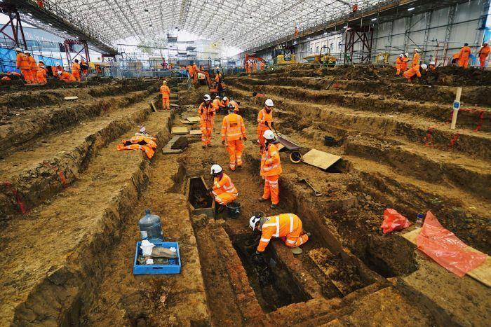 Euston火車站旁的聖詹姆斯花園挖掘骨骸畫面。取自ABC News網站