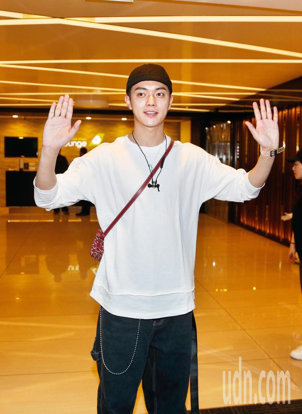 「延禧攻略」演員許凱中離台,他接近中午時抵達桃園機場,向在場守候的媒體與粉絲們打...
