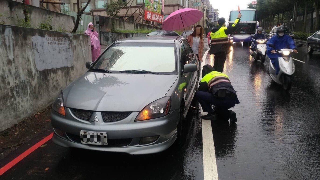 警方先看底盤情況,安全帽果然緊卡在底盤下拉不出來。記者鄭國樑/翻攝