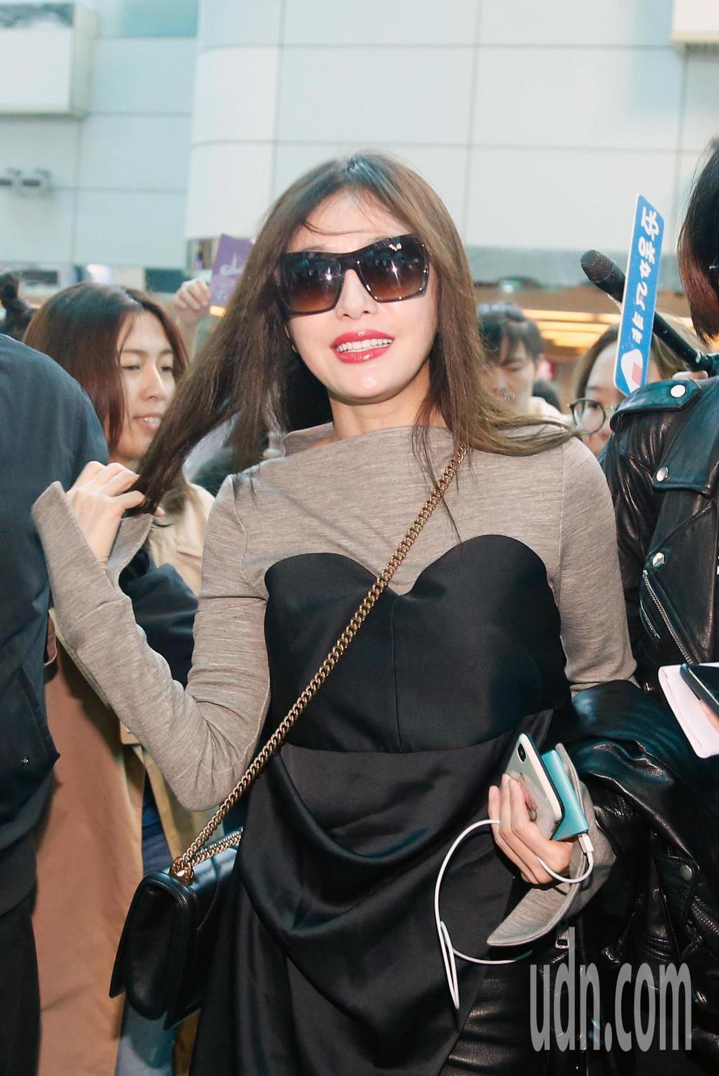 「延禧攻略」演員秦嵐下午離台,她抵達桃園機場,向在場守候的媒體與粉絲們打招呼。記...