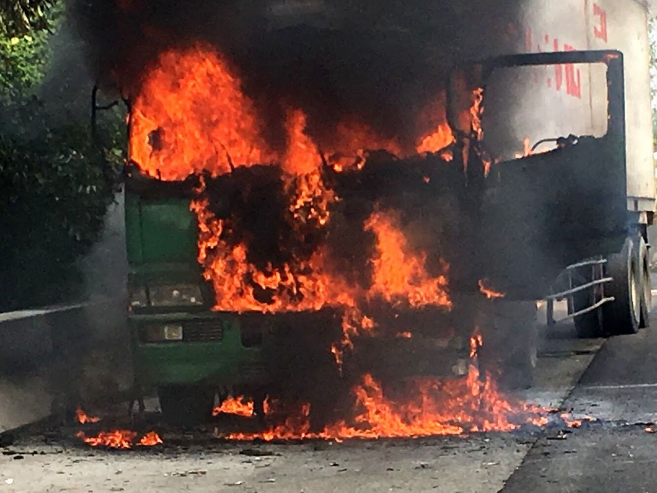 1輛貨櫃車今天在國道1號岡山路段起火,火舌吞噬車頭。記者林保光/翻攝