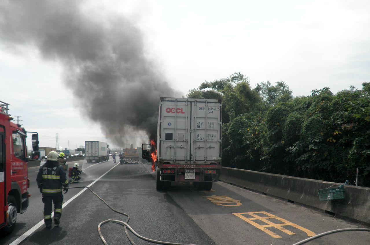 1輛貨櫃車今天在國道1號岡山路段起火,濃煙竄升。記者林保光/翻攝