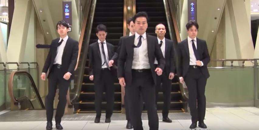 高島屋橫濱店找了六位男店員當主角,傳達百貨與橫濱的活力。圖/摘自YouTube