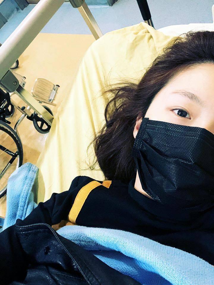 楊小黎為趕高鐵摔跤,送醫院急診。圖/摘自臉書