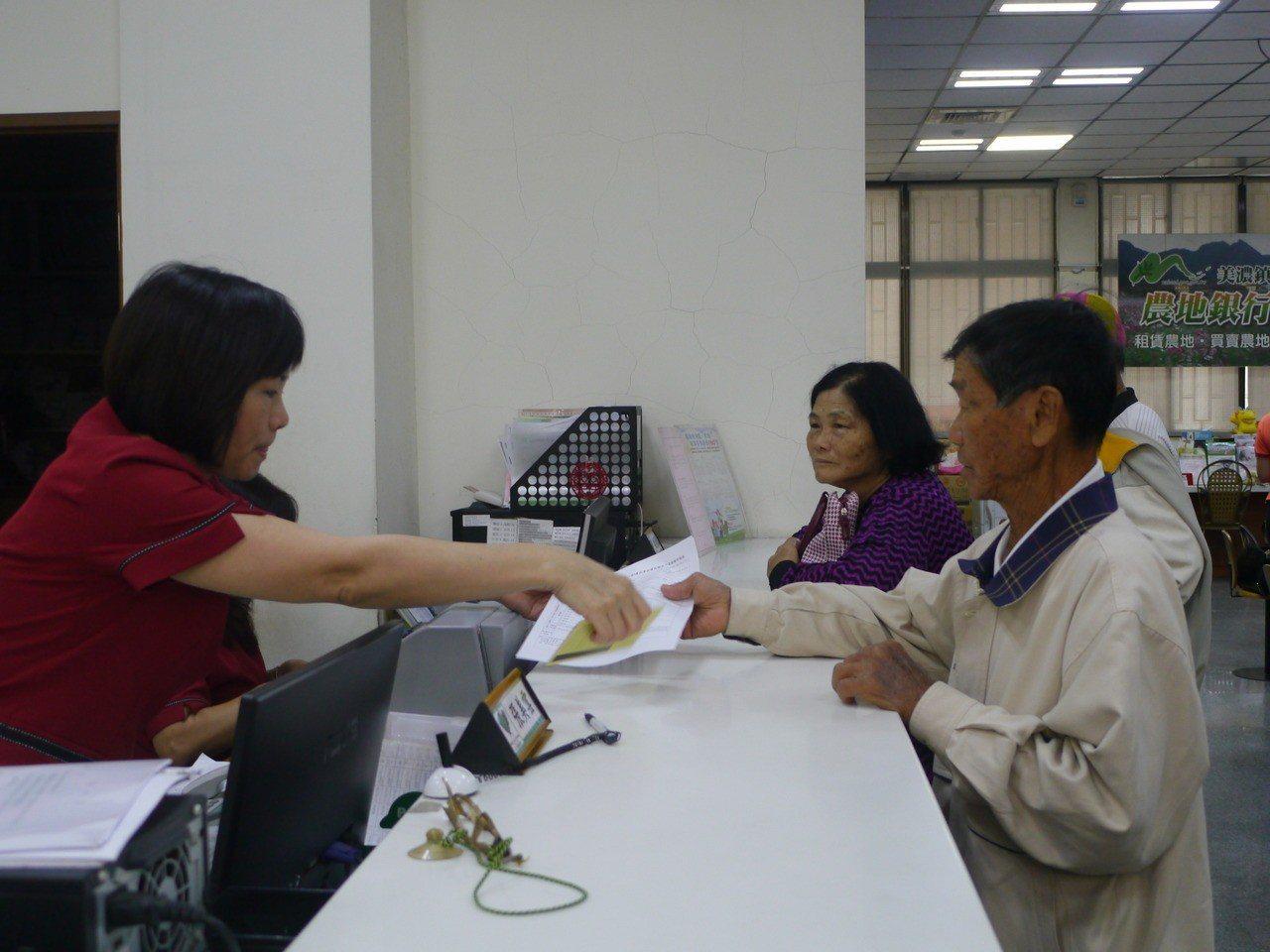 農民職災保險11月1日開辦,美濃農會櫃台湧現投保人潮。記者徐白櫻/攝影