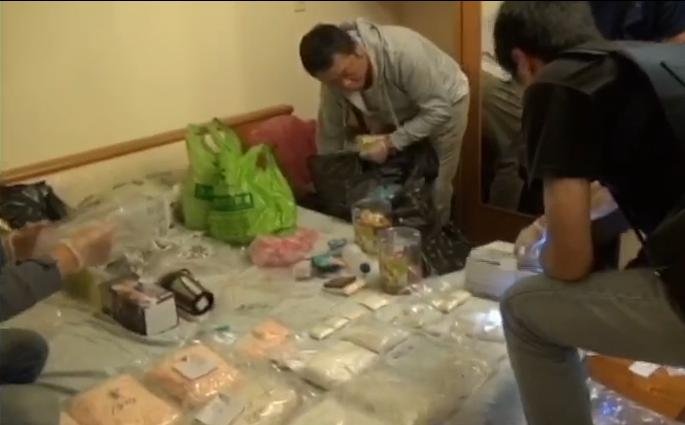 警方在進入鐘嫌租屋處時,除了發現海洛因、安非他命、大麻、一粒眠,以及跳跳糖包裝和...
