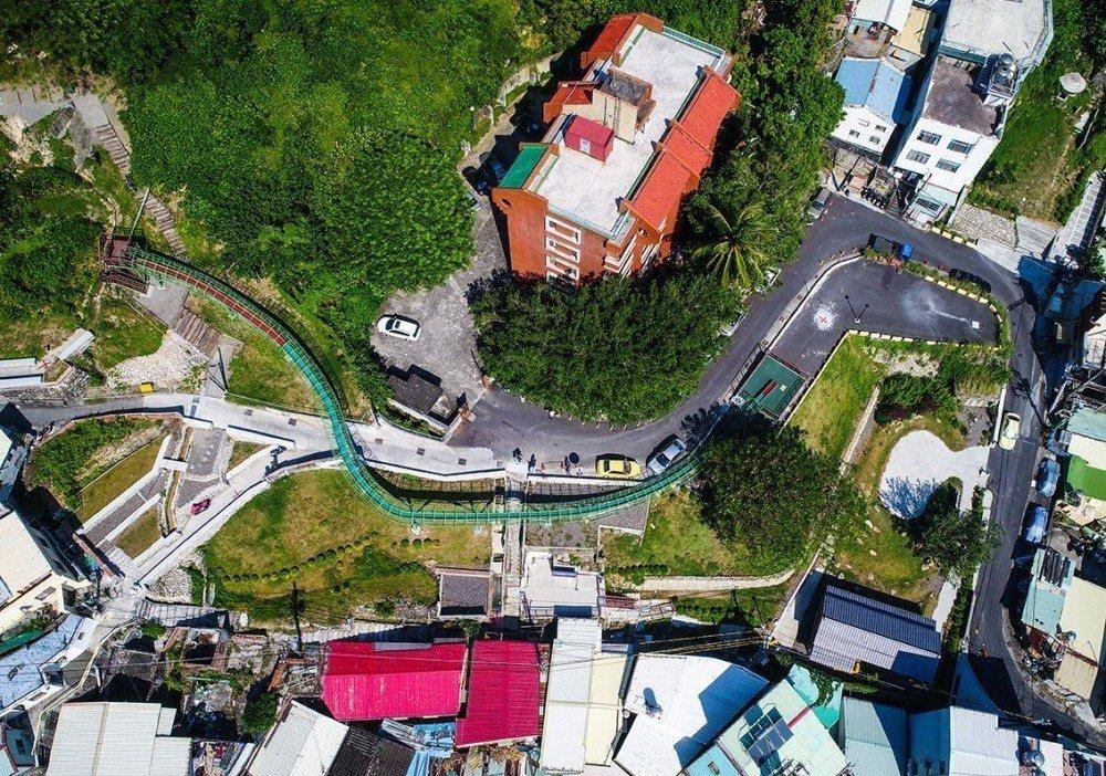 全長79公尺的登山街溜滑梯。圖/取自高雄市政府都市發展局官網