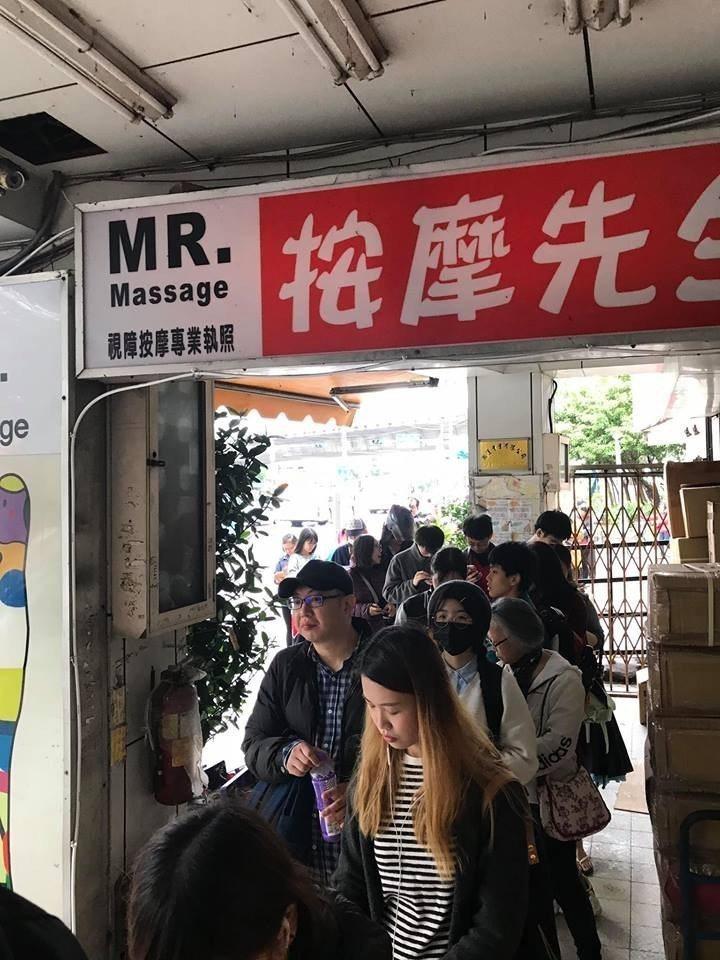 Subway買一送一,新埔捷運站旁的店家被人潮擠爆,一路排到捷運站。圖/翻攝自爆...