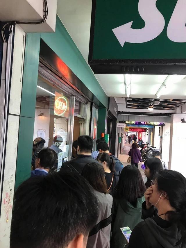 Subway今天推買一送一,板橋新埔捷運站旁的店家被人潮擠爆。圖/翻攝自爆廢公社