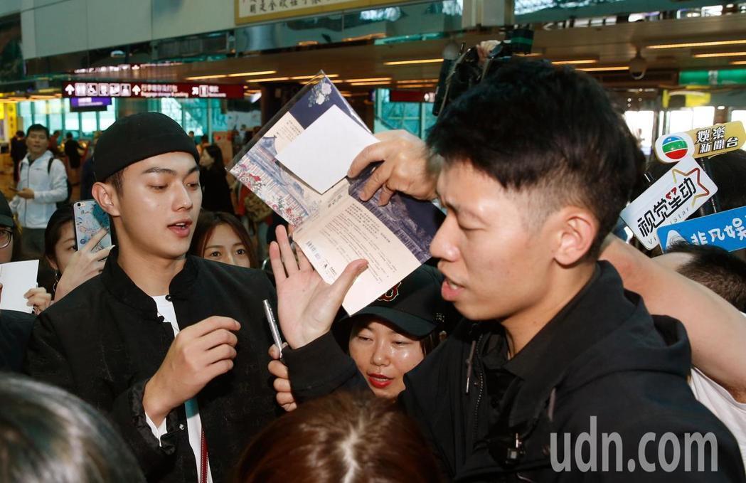 「延禧攻略」演員許凱中離台,他接近中午時抵達桃園機場,粉絲們一擁而上向他索取簽名...