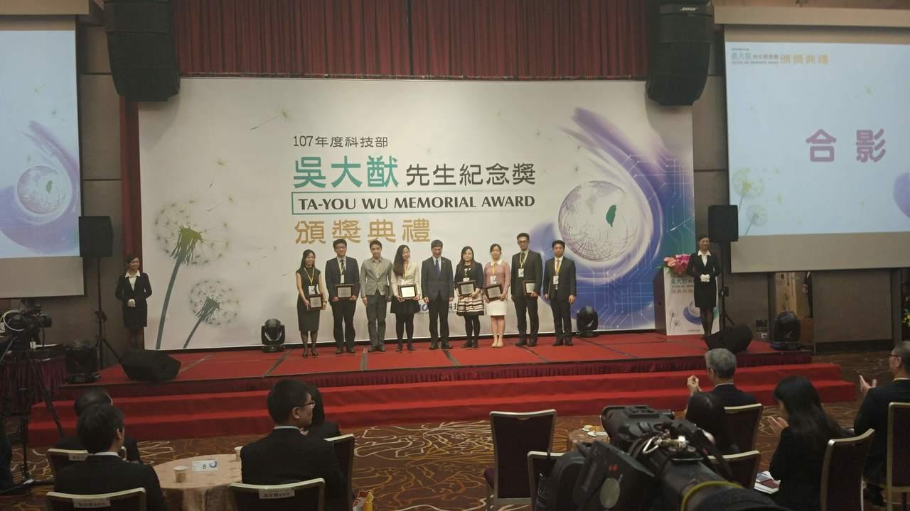 科技部每年頒發45位42歲以下的傑出年輕學者「吳大猷先生紀念獎」,今年為鼓勵他們...