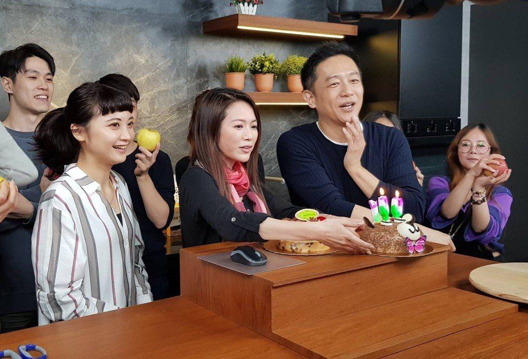 陳昭榮(右二)在直播節目中過50大壽  圖/翰成數位提供