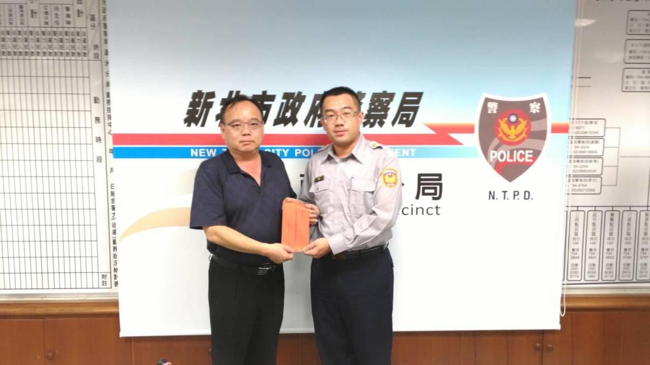 新北警友會慰勉蘆洲分局警察同仁順利迅速將超商搶案破案。記者巫鴻瑋/翻攝
