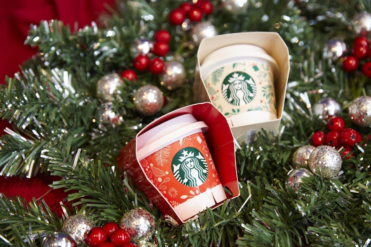 首度推出「太妃焦糖布丁」,與經典原味布丁一起換上耶誕包裝,售價75元。圖/星巴克...