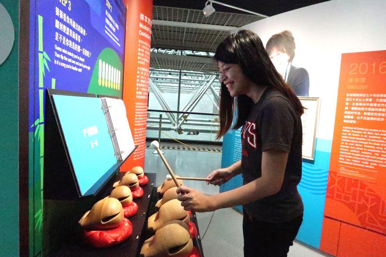展場的漢學遊戲,讓以打擊樂器木魚琴組配上中國「宮、商、角、徵、羽」的古譜,回應儒...