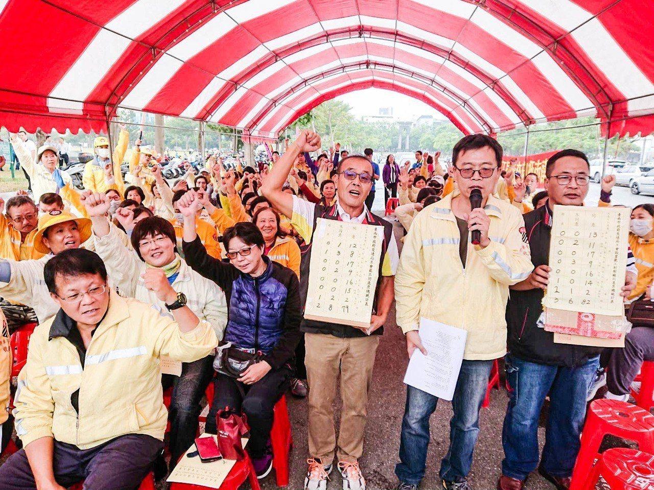 台南市政府交通局工會不滿市府停車管理處人力遇缺不補、路邊停車收費外包,今投票通過...