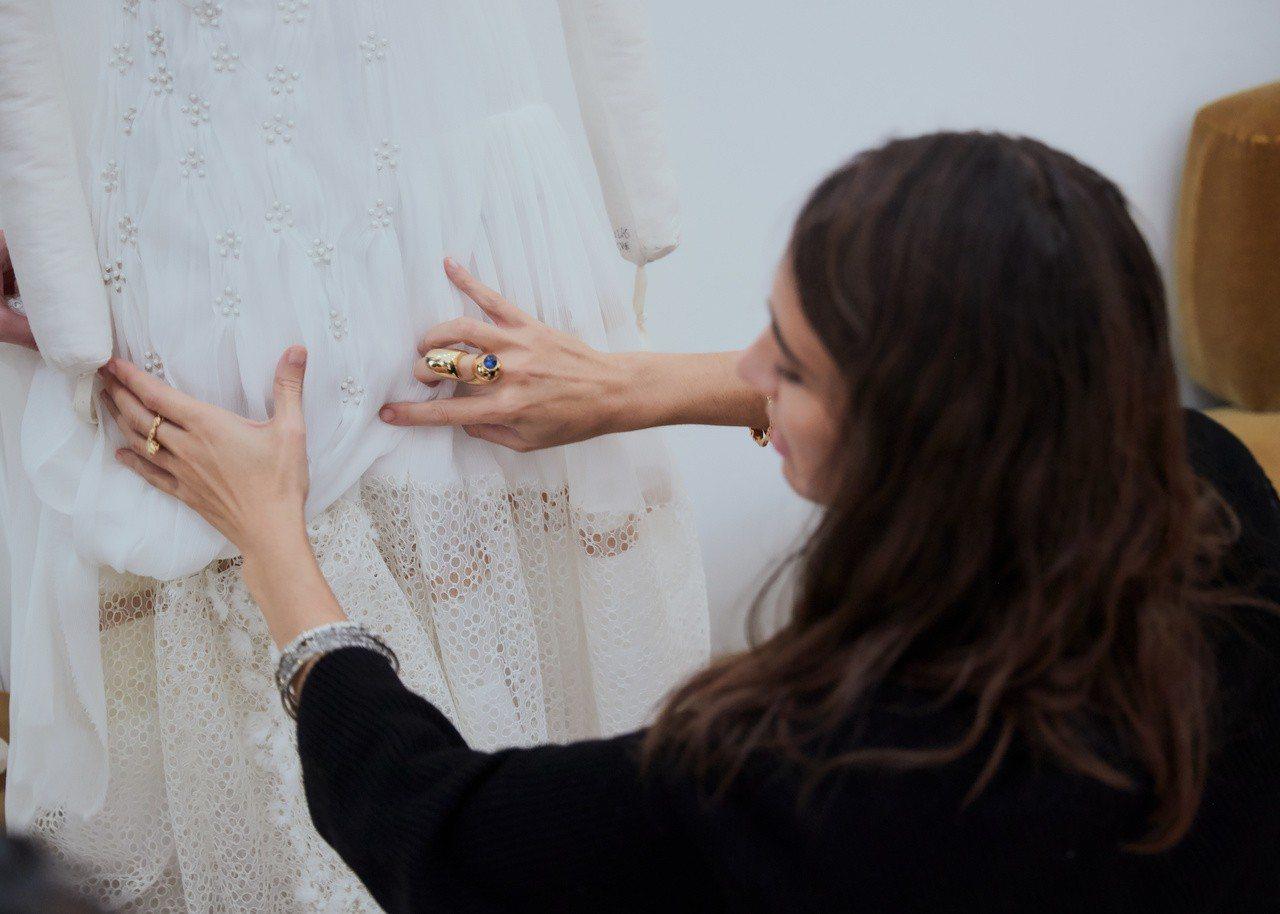 唐嫣婚禮晚宴嫁衣來自創意總監Natacha Ramsay-Levi的設計與監造。...
