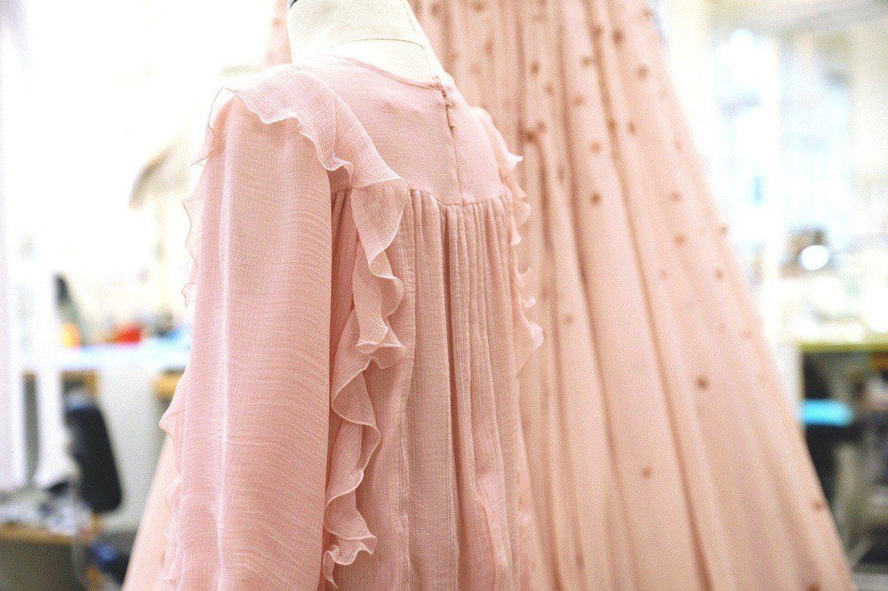 唐嫣婚禮晚宴上,小花童的禮服也是真絲薄紗材質。圖/Chloé提供
