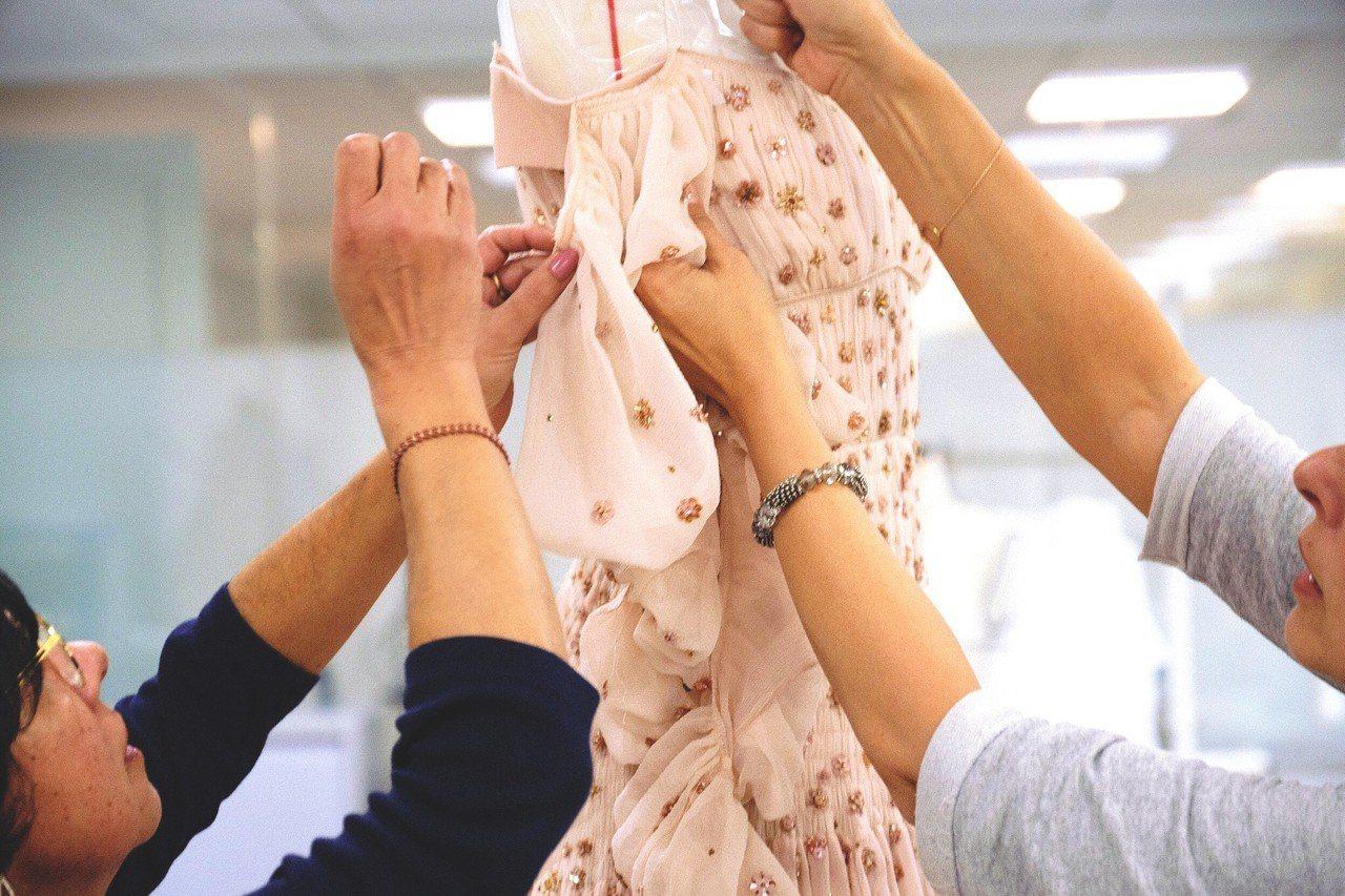 工匠耗費近2個月的製程打造唐嫣的嫁衣。圖/Chloé提供