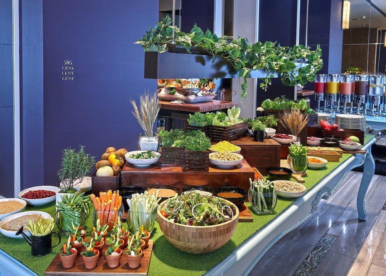 文華Cafe午、晚間「饗.吃.吧」開心農場有機沙拉吧。圖/台北文華東方酒店提供