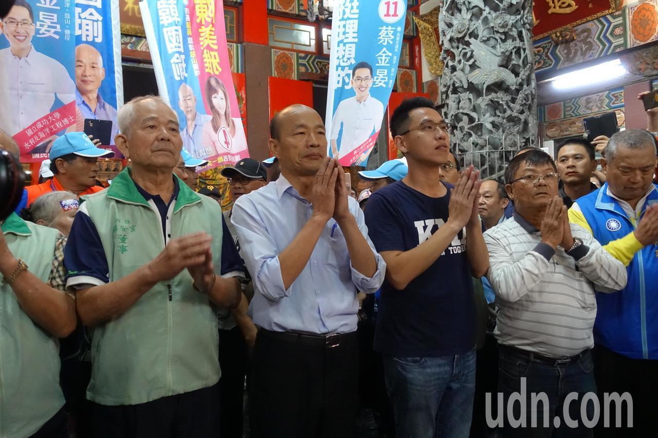 韓國瑜進入廟宇內參拜。記者劉星君/攝影