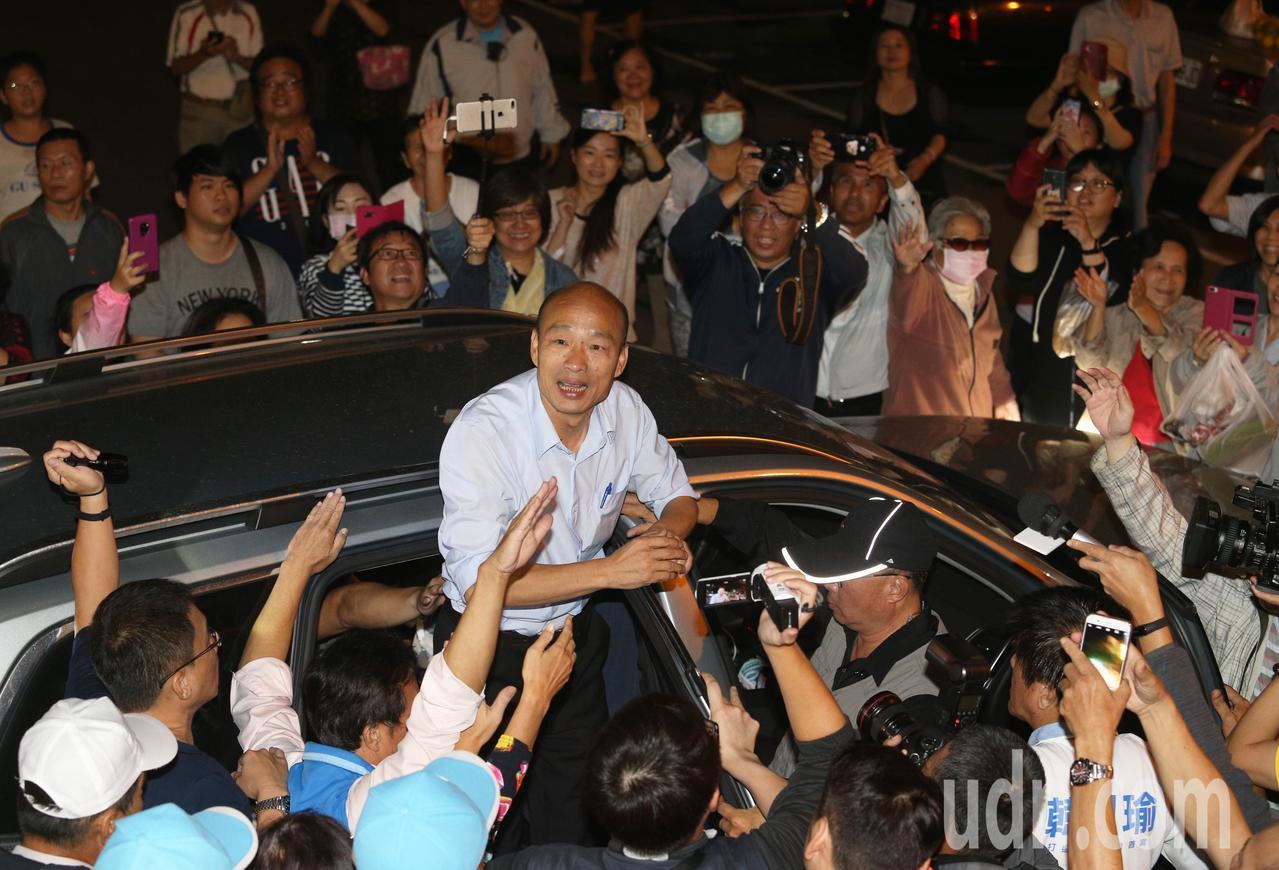 韓國瑜離開廟宇前,站在車上跟大家揮手致意。記者劉學聖/攝影