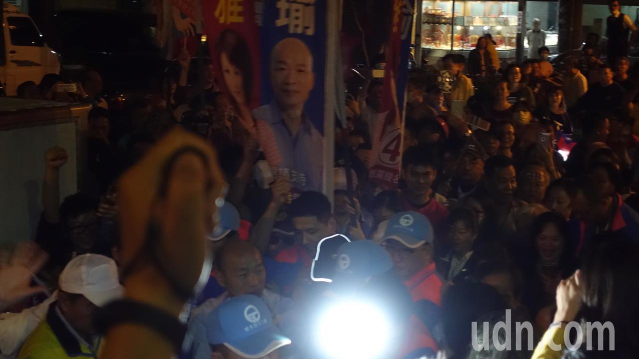 韓國瑜一現身鼓山區鎮安宮,就被熱情民眾包圍。記者劉星君/攝影