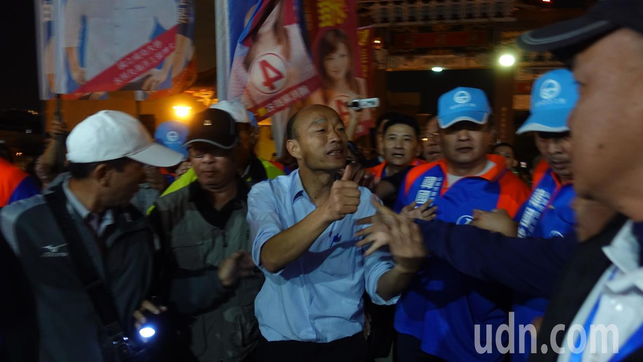 韓國瑜一現身鼓山區鎮安宮,被熱情民眾包圍。記者劉星君/攝影