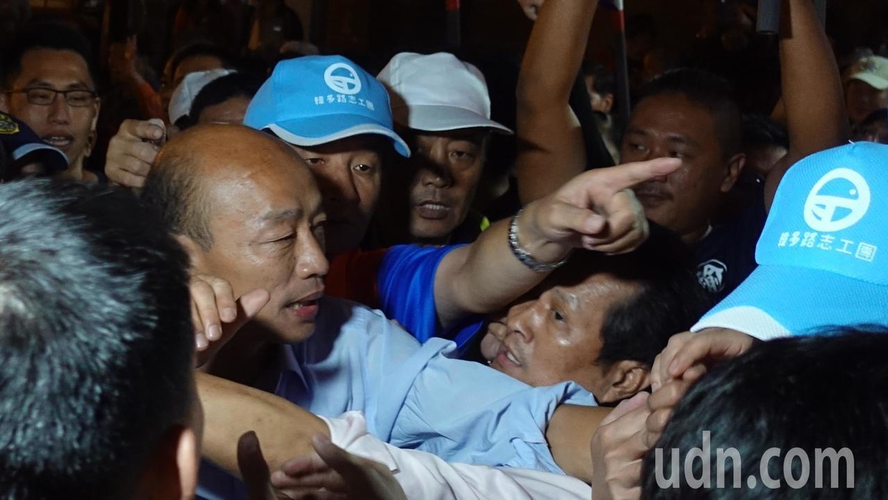 韓國瑜要離開時,熱情民眾要跟韓國瑜握手,還有民眾說,「一定要握到他的手」。記者劉...