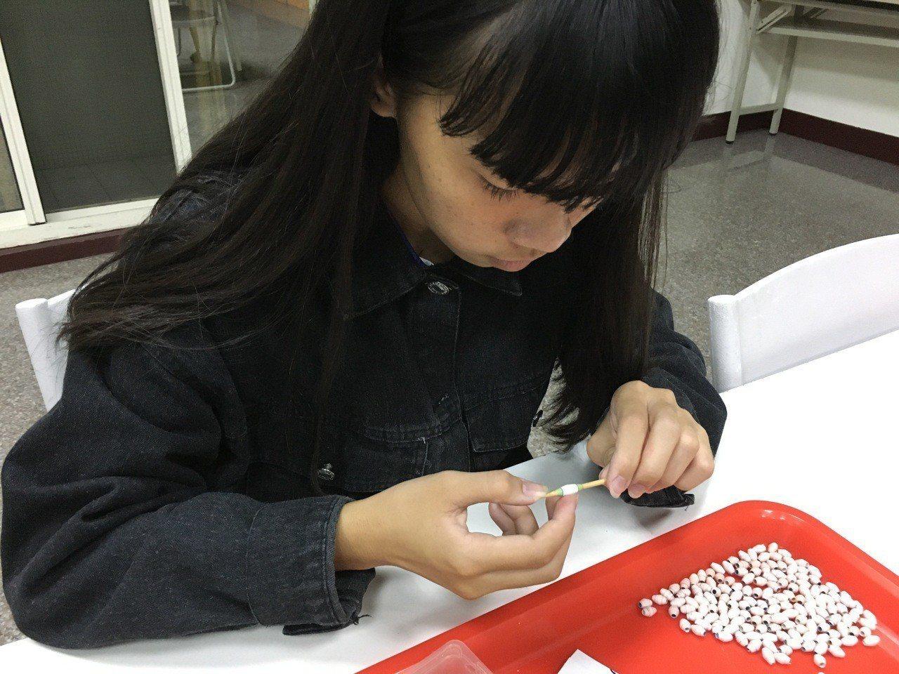 高一女生小怡是彰化家扶扶助的孩子,3年來每周六上午都努力捲珠簾做手工藝品義賣圓夢...