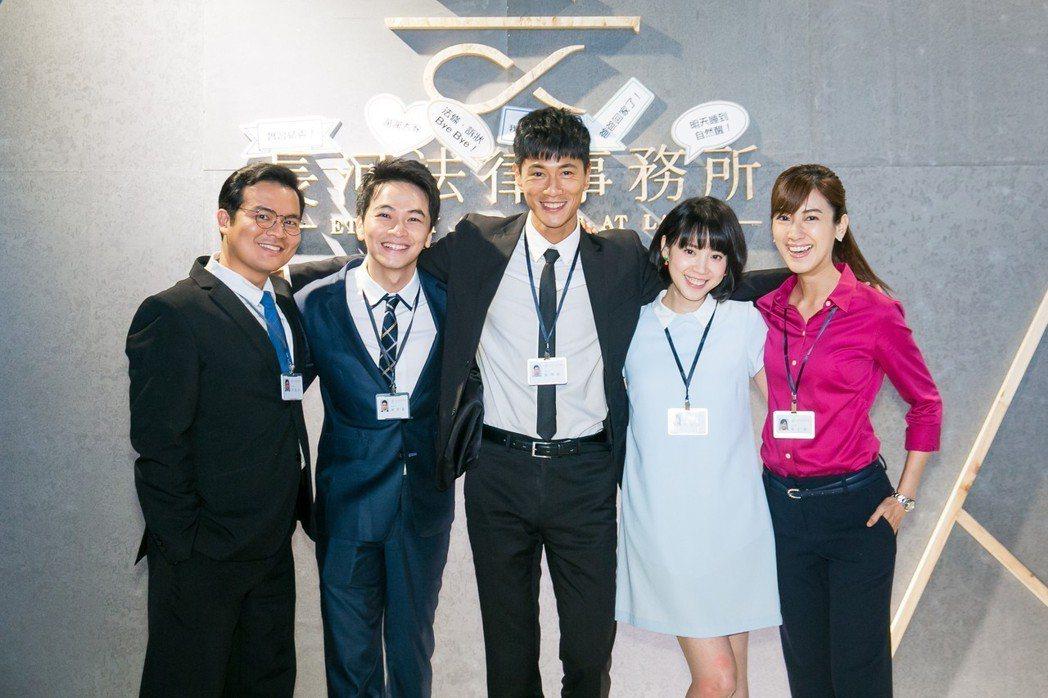 陳怡嘉(右起)、程予希、鍾承翰、楊銘威、黃浩詠演出「最佳利益」。圖/群之噰、有意...
