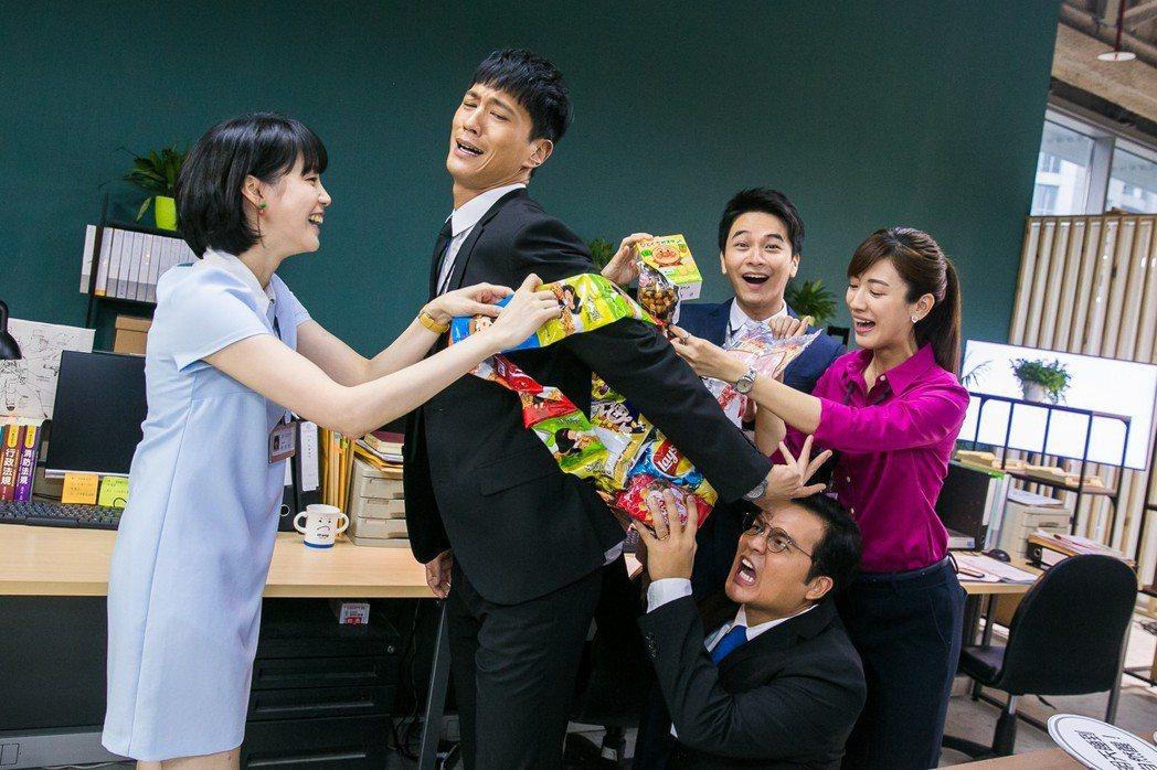鍾承翰拍攝律政職人劇「最佳利益」殺青,劇組送上「零食大背包」。圖/群之噰、有意思...