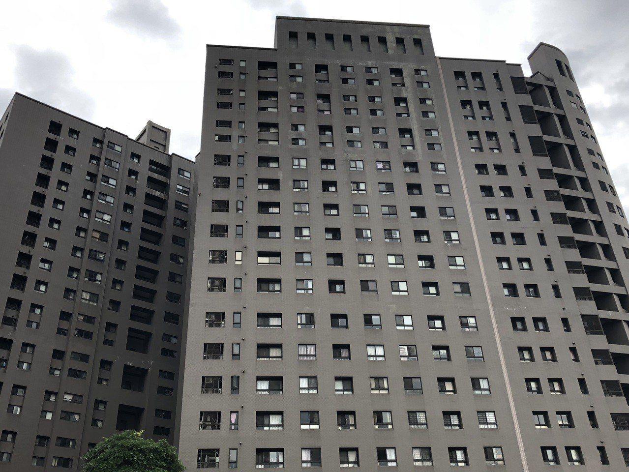 台中市南區大樓傳出一家三口吞藥、燒炭意外,釀兩死一傷慘劇。記者陳宏睿/攝影