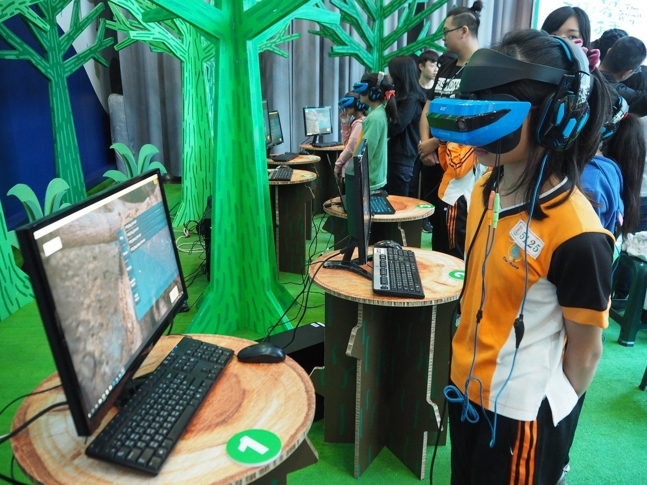 公共電視與科博館合作製作VR科技節目《台灣特有種》,小朋友可以在科博館體驗。記者...