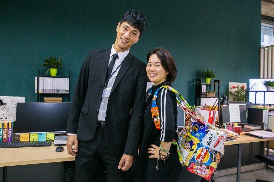 鍾承翰(左)殺青,製作人陳慧玲送大禮包。圖/群之噰、有意思國際傳媒提供