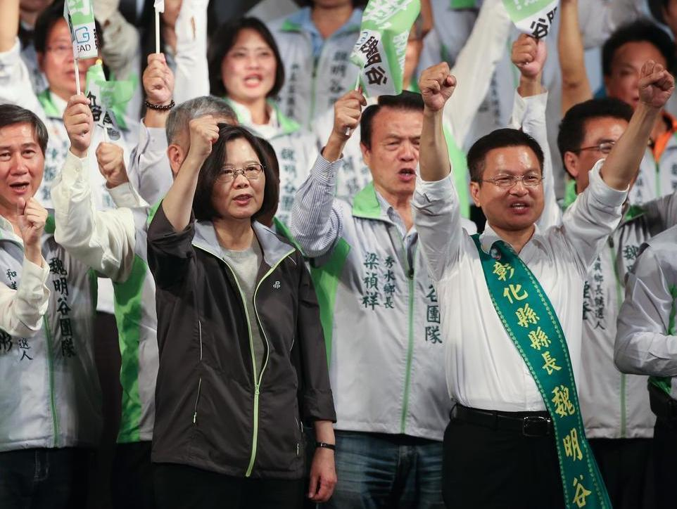 總統蔡英文(前左)第九度到彰化縣,再為競選連任的縣長魏明谷拉抬聲勢。聯合報資料照...