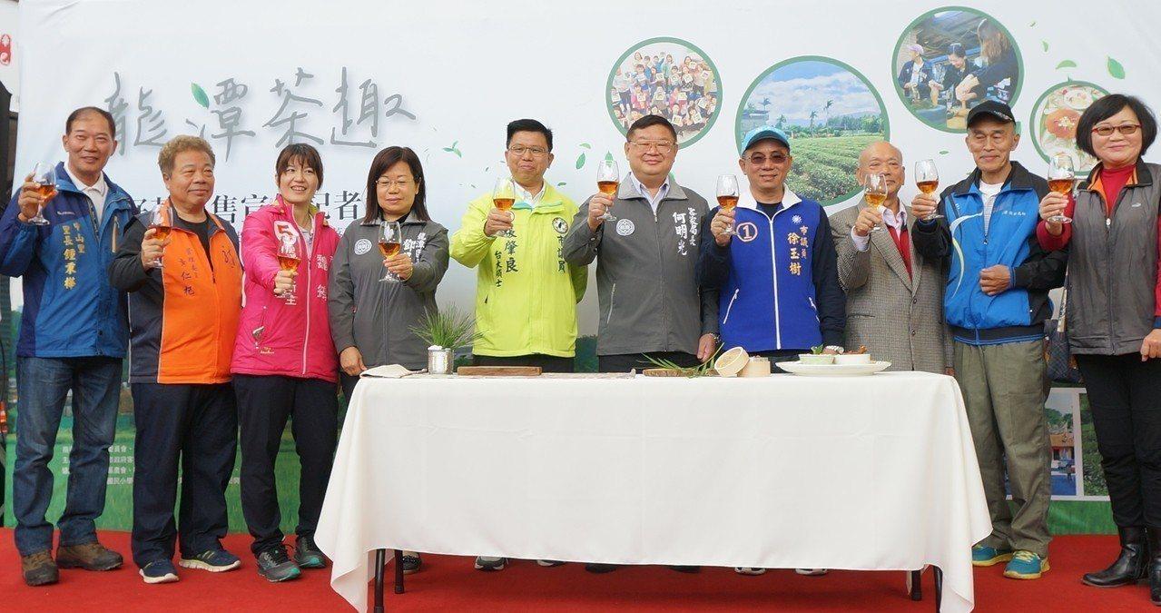 客家事務局長何明光(右5)表示,這次茶食開發使用龍潭在地綠茶、紅玉、椪風茶、酸柑...