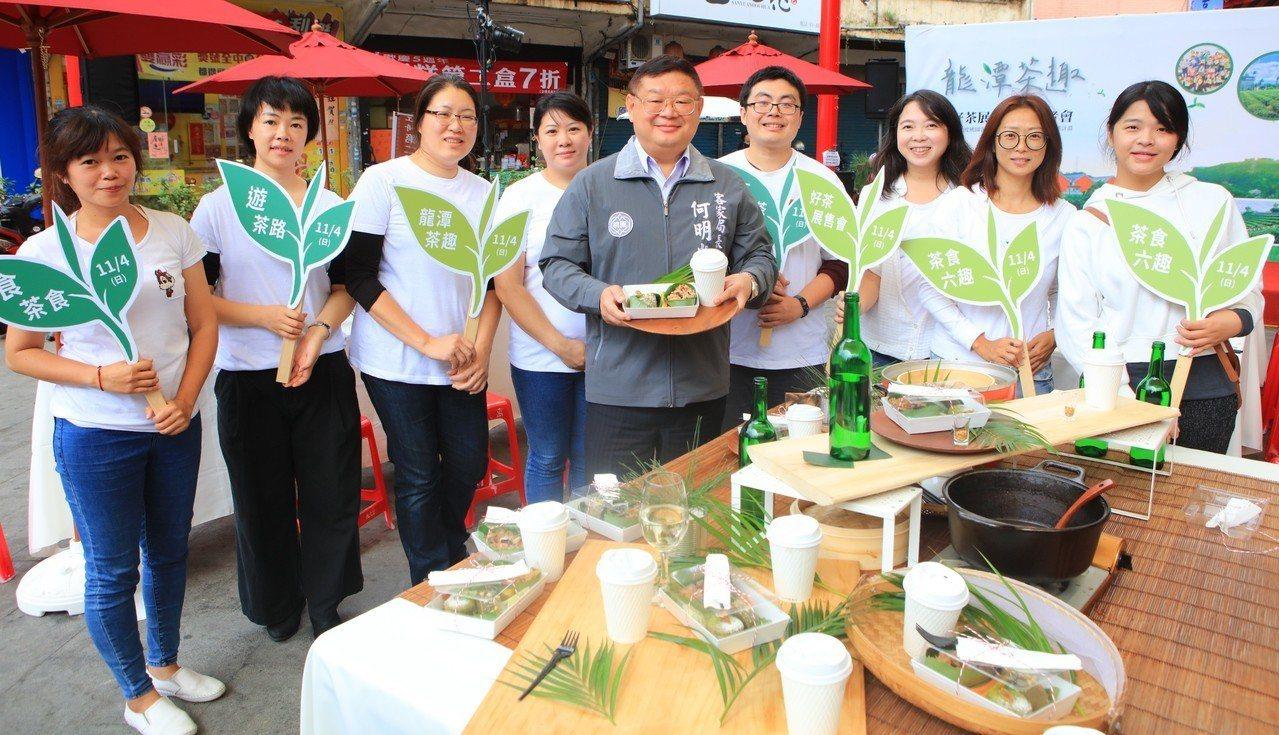 客家事務局長何明光(中)感謝參與研發、設計客家茶食的每個團隊,讓茶飲食進入大家的...