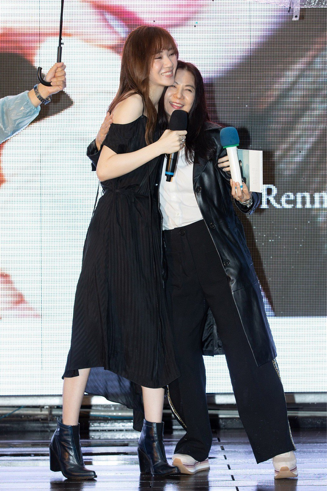 王笠人(左)舉辦MV首映會,電視劇製作人王珮華特地來站台。圖/福茂唱片提供
