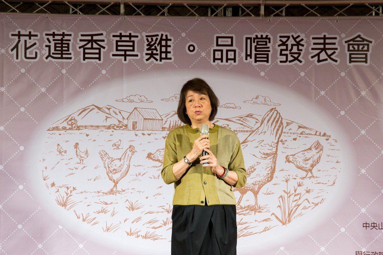 君達集團董事長尹純綢說,雖土雞吃香草飼料成本高,但零病死率、產蛋率、產期、產量增...