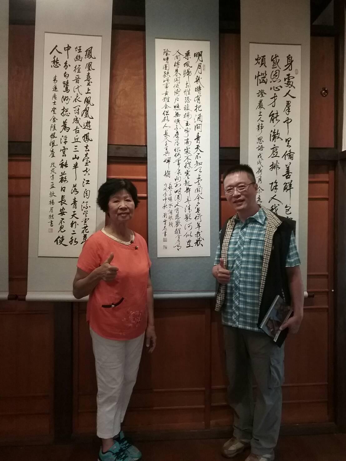 書法班26年次劉雪花女士(左)和李應昆老師在作品前合照。圖/大林鎮公所提供