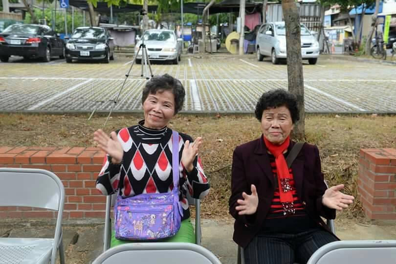 16名學員獲得勤學獎,其中的姊妹花曾玉珠、曾玉秀。圖/大林鎮公所提供