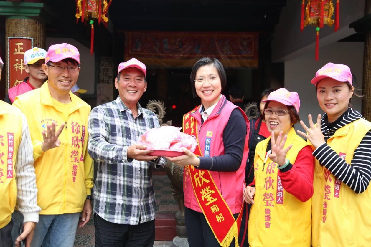 民國黨新竹縣長候選人徐欣瑩(右三)到掃街拜票,受民眾歡迎。圖/徐欣瑩競選團隊提供