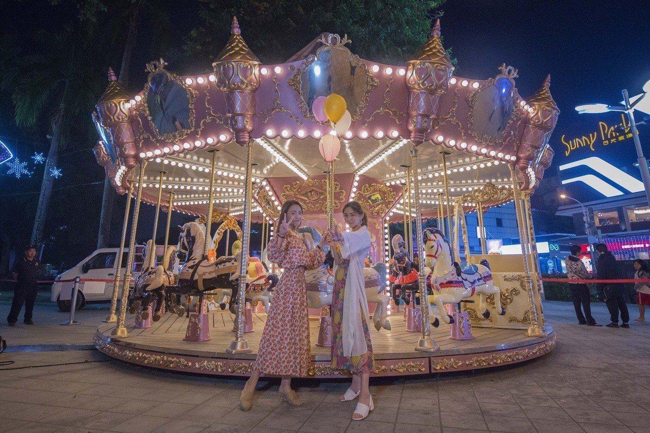屏東聖誕節今晚點燈,百年公園變妝成「粉色聖誕」盛宴。圖/縣府提供