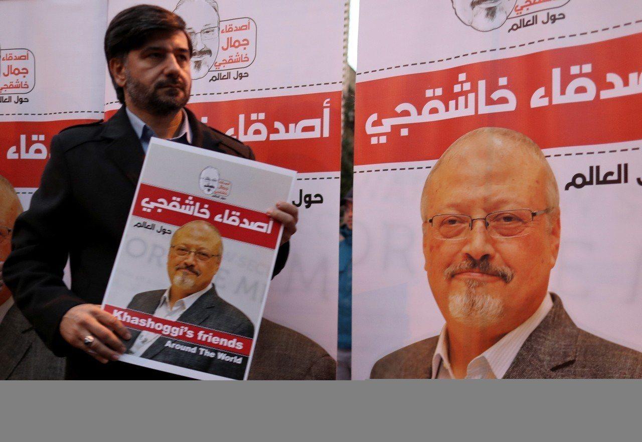 一名男子手持哈紹吉肖像,上月25日在沙國領事館外抗議,要求沙國公開真相。(歐新社...