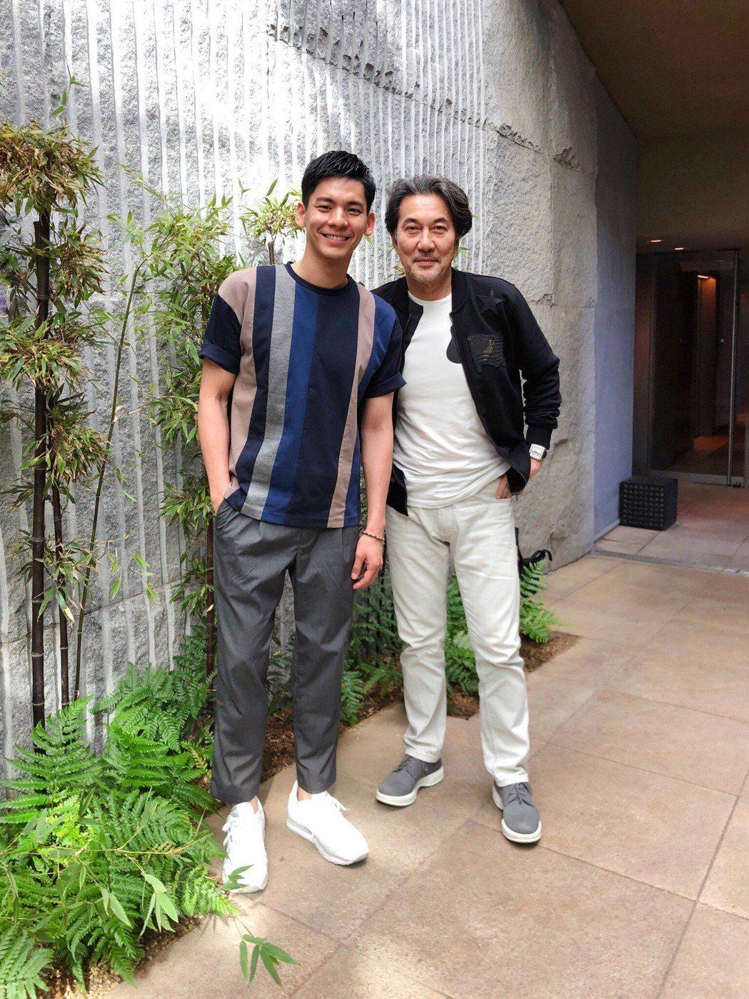 林柏宏(左)到日本旅遊,役所廣司還特地撥空碰面吃飯。圖/周子娛樂提供