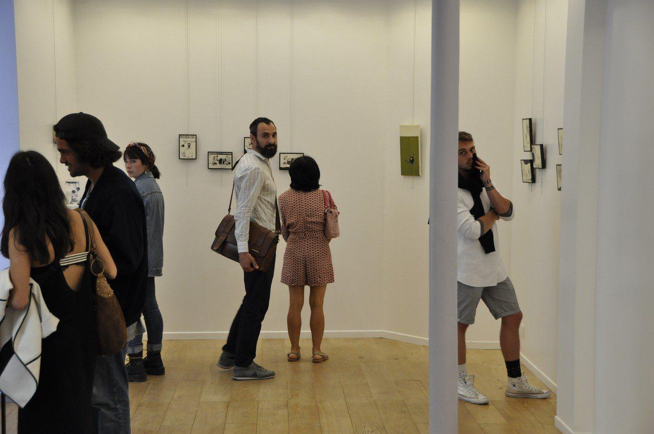 汪玲莉在巴黎的個展,吸引各國人士參觀。圖/汪玲莉提供